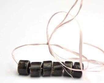 Handgemaakte Keramische Kralen Buisje in Zwart met Fijne Witte Spikkeltjes