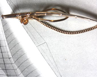 A Stratton imitation gold tie clip in the form of a fishing rod.