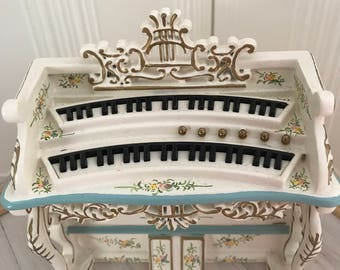 Beautiful organ 1:12 in Victorian style with beautiful pastel colors