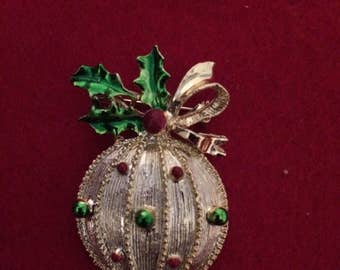Vintage Gerry's Oranament Christmas ball  Holly  Brooch/Pin  - Gold tone