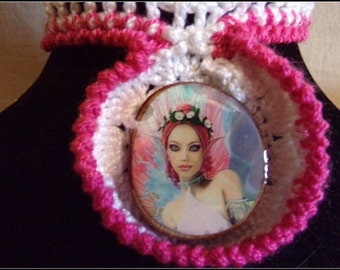 Necklace in pink and white neck with a magical Medallion ras cotton