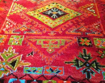Very beautiful Berber made wool hand, old (vintage), geometry, wonderful design in a contemporary interior.