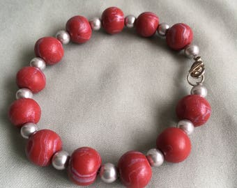 Marbled Dark Red Beaded Wire Bracelet with Clasp
