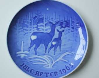 Mother Deer and Fawn - Royal Copenhagen blue and white Commemorative Christmas plate - 1965 Denmark Christmas