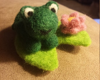 Needle Felted Frog Mini Play Set - Felted Cute Frog, Lily Pad, and Lotus Flower Playset - Amphibian Fiber Art Decoration Decor