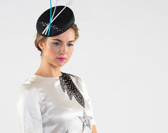 Catherine - Beret with blue arrow feathers