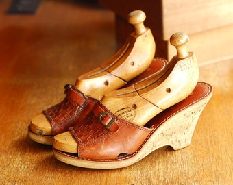 vintage brown leather and cork wedge heel mules / vintage shoes / size 7 6.5