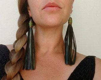 Leather tassel earrings (15cm) -- forest