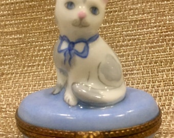 LIMOGES Cat TRINKET BOX hand painted Seated Kitty Feline porcelain signed fB Peint main 4D-200