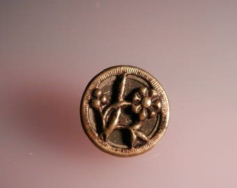 Vintage Metal Button Daisy