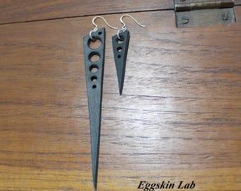 Coppia di orecchini in ottimo cuoio italiano con monachella/gancino in argento 925, molto leggeri, fatti a mano in Italia.