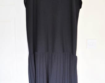Vintage black sleeveless pleated 20s style flapper shift dress size 18