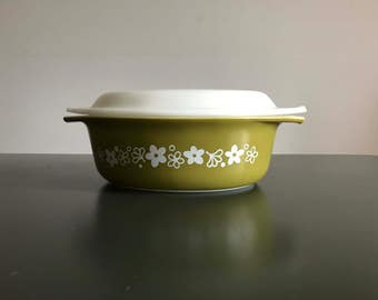 Pyrex 1 1/2 Quart Covered Casserole Dish / Green Spring Blossom Crazy Daisy Pattern