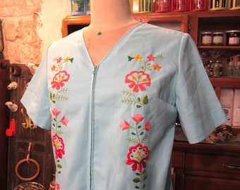 Blue blouse - embroidered flowers - 70s