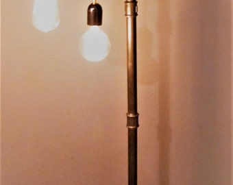 Industrial lamp living room on foot in black font and thread gold / gold
