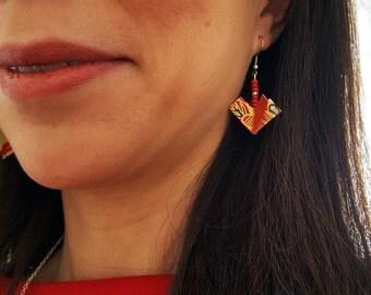 Bijou en origami. Boucles d'oreilles en origami Coeur + cannetilles rouges. Spécial pour la Saint Valentin. Fait main