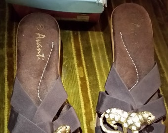 AVANTI Dark Brown Wedge Heels Size 7/38 Gold Leopard Brooch Sparkly Cream Spots Dressy Pumps Sandals Church Party Slides Eye Candy Pamper