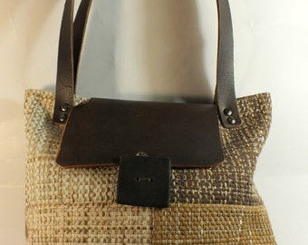 CORDELIA: Bag made of patchwork fabric, fully lined with cotton, with handmade button. Leather strap and fastening