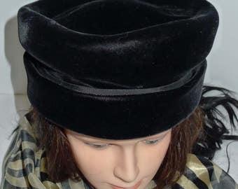 Lovely vintage black velvet pillbox hat - S  - Magnifique chapeau style pillbox de velours noir - Petit
