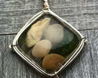 Square pendat with pebbles and moss.