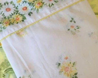 Full / Double Flat Sheet - Daisies / Morgan Jones