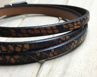 Man printed leather bracelet.