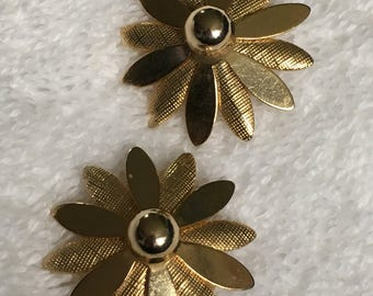 """Vintage Sarah Coventry """"Daisy"""" Layered Clip On Earrings 1 1/4 inch in diameter"""