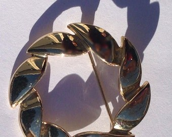 Vintage glod plated leaf wreath brooch pin