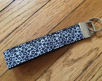 Daisy Wristlet Key Fob. Daisy Key Fob. Daisy Keychain. Flower key fob. Handmade. Floral Keychain. Floral Key Fob.