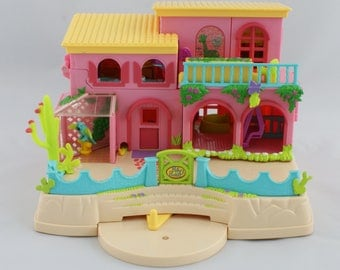 2000 Polly Pocket - Polly Pocket Petland - Including with a lot of items, but still some are missing.