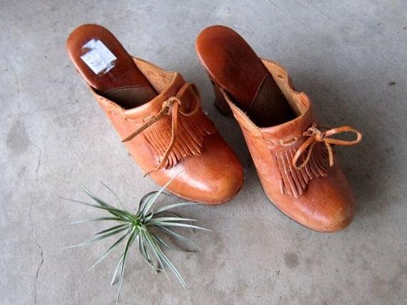 70s Brown Leather Clogs High Heel Platforms Wooden Sandals Slip On Mules Vintage 1970s Woven Fringe Boho Wedge Clogs Wood Heels SIZE 6 5.5