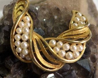 Lisner Gold Tone Pearl Brooch Vintage Swoosh Elegant Old