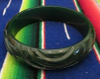 Lovely Vintage Bakelite Bangle in a forest green with deep carving VLV Rockabilly Pinup girl tiki Vintage bakelite jewelry