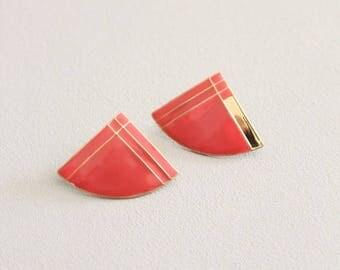 SPRING SALE vintage 80s coral & gold enamel earrings - geometric fan post earrings / Deco inspired 80s earrings / New Wave enamel earrings -