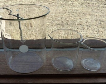 vintage Pyrex chemistry set of 3 graduating beakers with spouts