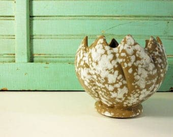 Brown and White Sponge Tulip Planter with Sawtooth Rim