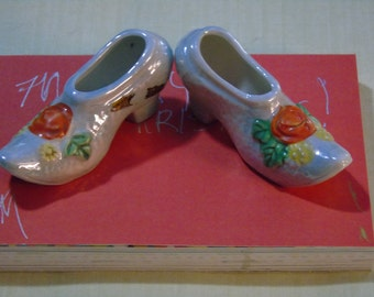 vintage niagra falls souvenir kitsch pumps irridescent pumps with flowers made in Japan