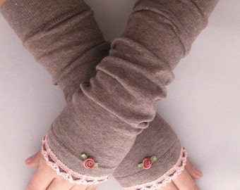 Arm warmers, fingerless gloves in light brown with ruffle in pink and rose