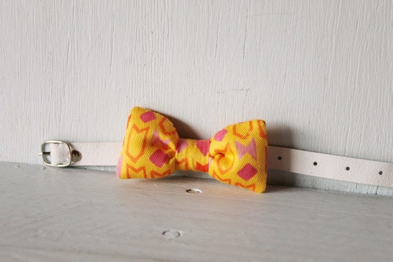 Bow tie cat collar >> Small dog bow tie >> Yellow patterned bow tie, white leather strap and silver buckle >> Pet gift
