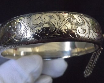 Classic Vintage Sterling Silver Hinged Bangle with Safety Chain Fully Hallmarked 1972