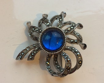Exquisite Brand Brooch with Blue Stone Centre