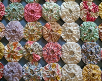 VINTAGE YO-YO Quilt Coverlet. Multicolor. Handmade. Exquisite craftsmanship. Perfect wedding gift. Or Mother's Day!