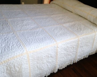 VINTAGE WHITE QUILT, Hand-quilted White Quilt, Full White Quilt, Double White Quilt, Lightweight White Quilt, White Quilt with Lace/Ruffle