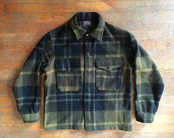 Vintage 1960s Mens PENDLETON Olive Green & Black Plaid Wool USA Made Short Hunting JACKET Coat Size Medium Mackinaw Outdoors Filson