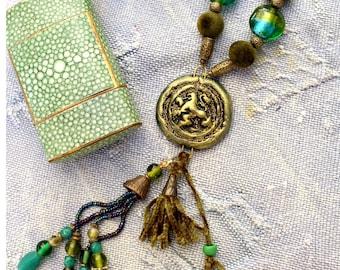 Retro necklace pendant and tassel, bronze and emerald green. Pate Fimo, velvet, Kashmiri, Murano, shell beads and bronze. Unique creation.