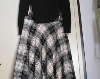 Gonna a ruota scozzese anni 70.Bianca e nera.Lana.Tg M/Black&White full skirt from the 70s/Highwaisted/Plaid wool skirt/Tartan/Lined/Size M