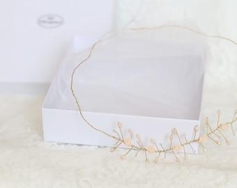Model Livia - Hair accessory, golden gem / powdery pink / nude. Wedding