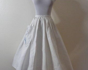 60s Tailored by Campus Casuals of California White Textured Cotton Blue Appliqued Flower Pocket Full Circle Skirt Sz XS