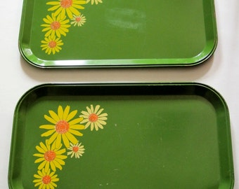 Set of 2 Vintage Green Daisy Metal Snack Trays Tin Trays Serving 1970s Yellow Flowers Retro Mod