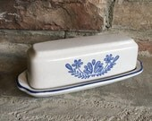 Vintage Pfaltzgraff Yorktowne Butter Dish Stoneware Quarter Pound Lb Stick Covered White & Blue - #F1110